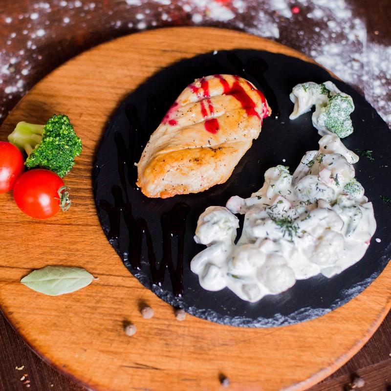 Куряче філе з овочами у вершках