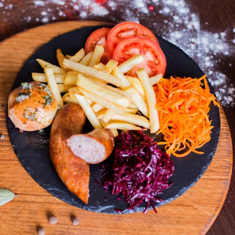 Ковбаска мюнхенська з картоплею фрі